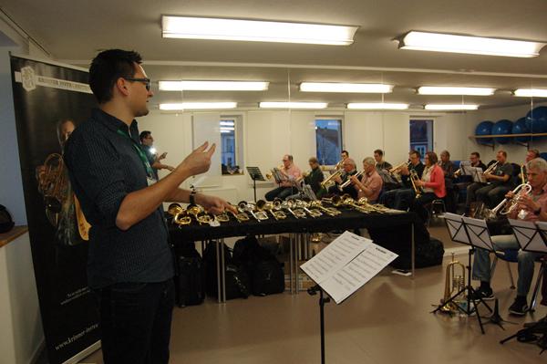 Trompeter Martin Ehlich mit Workshop-Teilnehmern