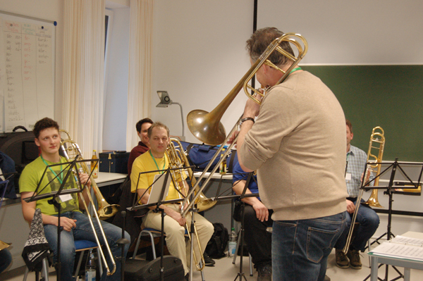 Posaunist Peter Seitz mit Workshop-Teilnehmern